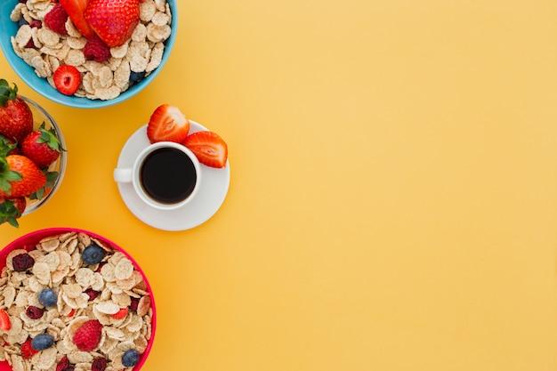 Delicioso desayuno saludable con una taza de café sobre un fondo amarillo
