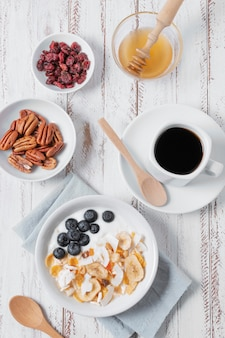 Delicioso desayuno tazón con café en la mesa