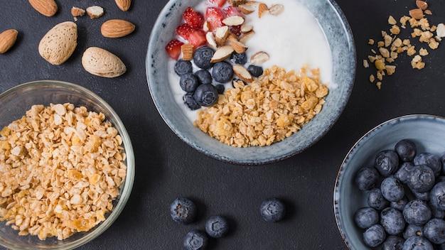Delicioso desayuno tazón con frutas y avena