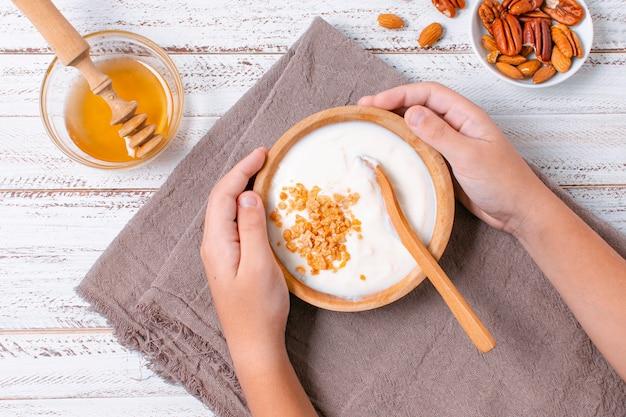 Delicioso desayuno tazón con yogurt y avena