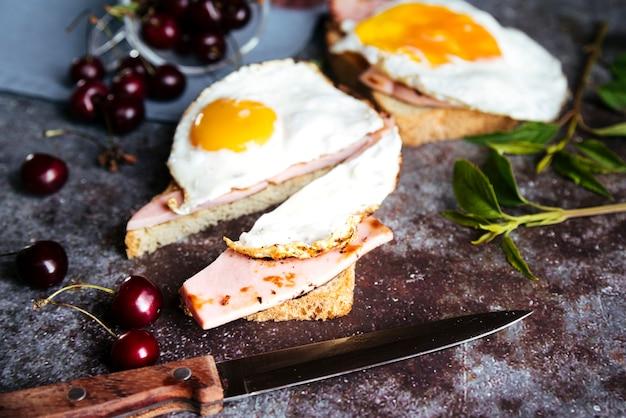 Delicioso desayuno de tostadas de huevo y cerezas.