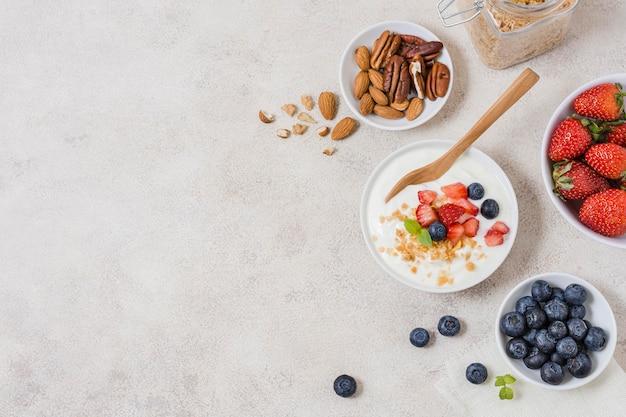 Delicioso desayuno con yogurt y frutas.