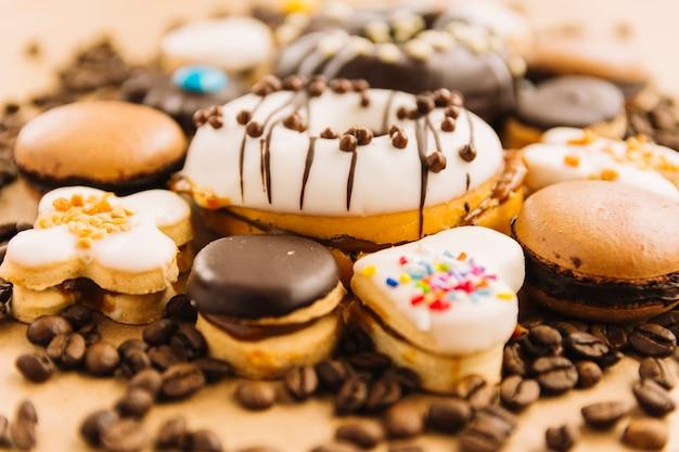Delicioso donut y galletas entre los granos de café