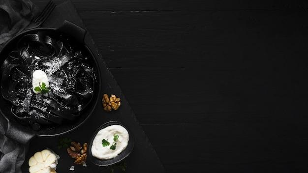 Delicioso espacio de copia de plato de pasta negra