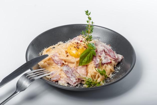 Delicioso espagueti pasta cocinar con crujiente tocino servir