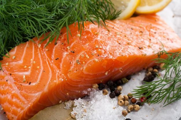 Delicioso filete de salmón, rico en aceite omega 3