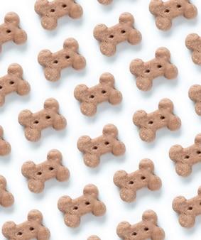 Delicioso de galleta de perro, bocadillo de hueso de perro o masticar perro en el patrón de fondo blanco