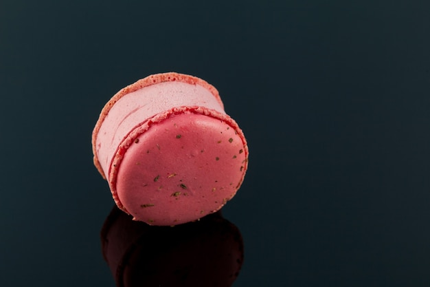 Delicioso helado entre macarons de frambuesa o macarrones.