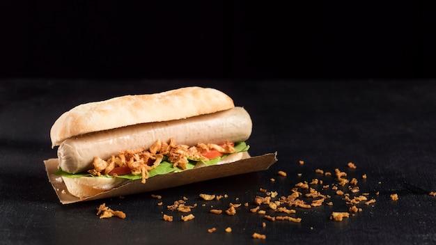 Delicioso hot dog de comida rápida sobre papel de hornear