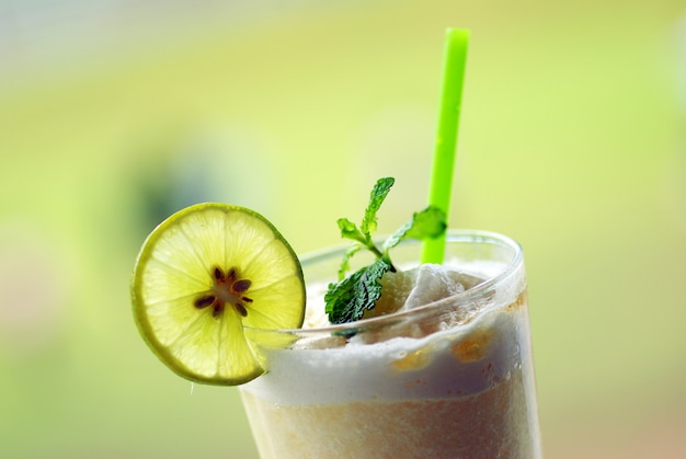 Delicioso jugo de limón en vidrio y limas.
