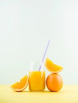 Delicioso jugo de naranja casero con espacio de copia