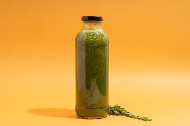 Delicioso jugo verde en botella
