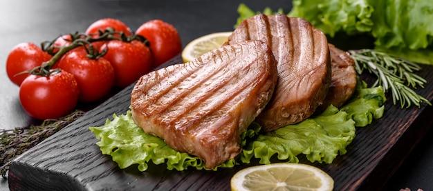 Delicioso y jugoso filete de atún a la plancha con especias y hierbas