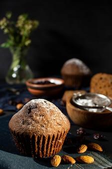 Delicioso muffin con fondo desenfocado