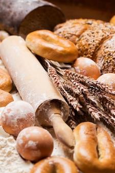 Delicioso pan, bagels y huevos sobre la mesa