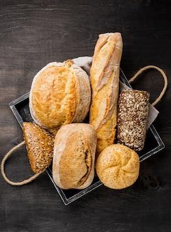 Delicioso pan blanco y grano entero en canasta