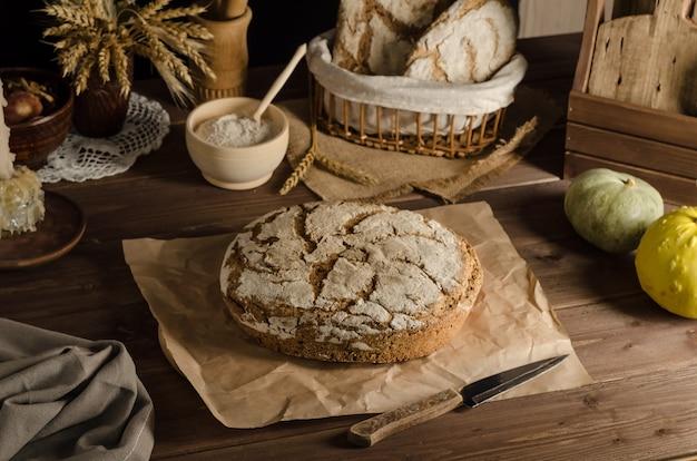 Delicioso pan de centeno integral recién horneado