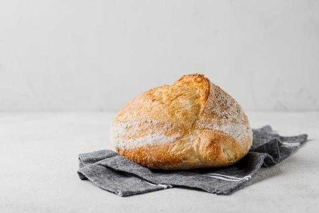 Delicioso pan con harina sobre tela azul