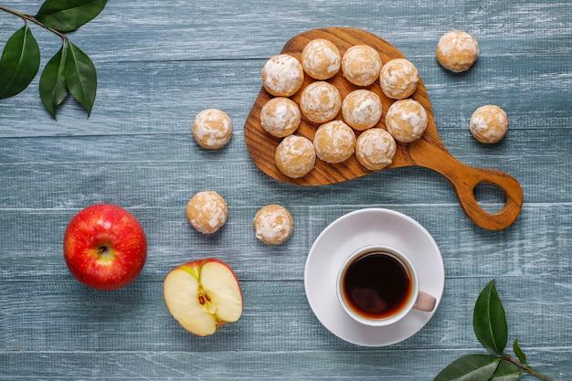 Delicioso pan de jengibre ruso tradicional con manzana, vista superior