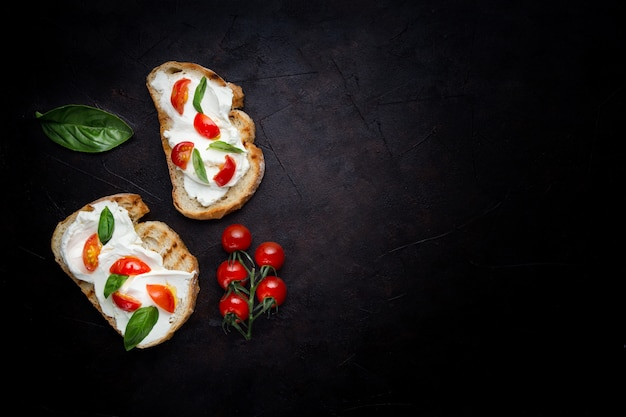 Delicioso pan con queso y tomate.