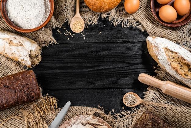 Delicioso pan recién horneado en mesa de madera