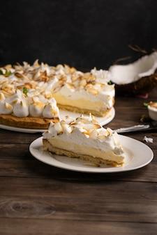 Delicioso pastel de alto ángulo en la mesa de madera