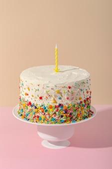 Delicioso pastel de alto ángulo con vela