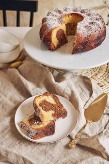 Delicioso pastel de anillo puesto en una placa blanca.