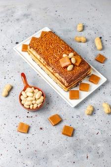 Delicioso pastel de caramelo y maní con maní y dulces de caramelo, vista superior