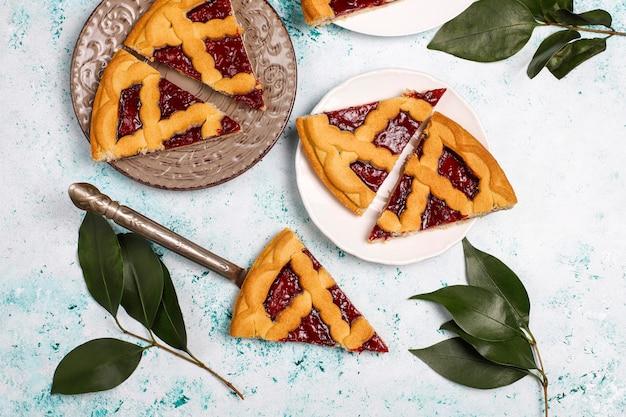 Delicioso pastel de cereza de bayas tradicional crostata sobre superficie clara