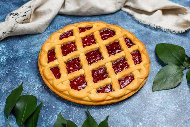 Delicioso pastel de cereza de bayas tradicional crostata sobre superficie gris oscuro