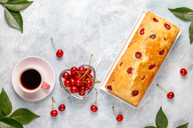 Delicioso pastel de cerezas con cerezas frescas, vista superior