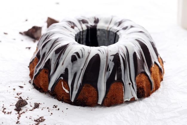 Delicioso pastel con chocolate en blanco