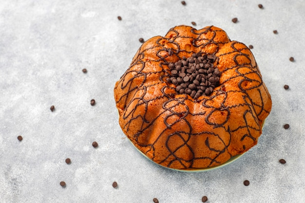 Delicioso pastel de chocolate con chispas de chocolate, vista superior