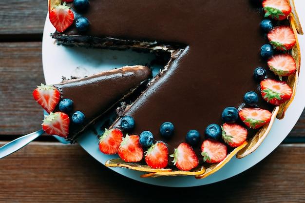 Delicioso pastel de chocolate de fiesta con bayas