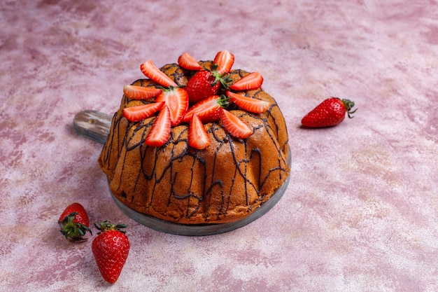 Delicioso pastel de chocolate de fresa con fresas frescas, vista superior