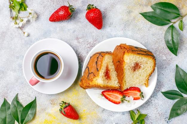 Delicioso pastel de chocolate y fresas con fresas frescas