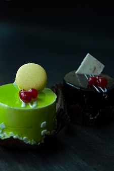 Delicioso pastel de chocolate y pistacho.