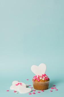 Delicioso pastel con corazones decorativos.