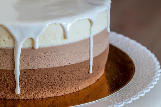 Delicioso pastel de cumpleaños casero de mármol y chocolate decorado con rayas de colores