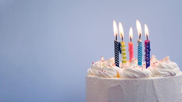 Delicioso pastel de cumpleaños con espacio de copia