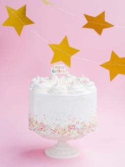 Delicioso pastel de cumpleaños con estrellas doradas