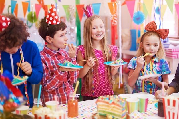 Delicioso pastel de cumpleaños en la fiesta.