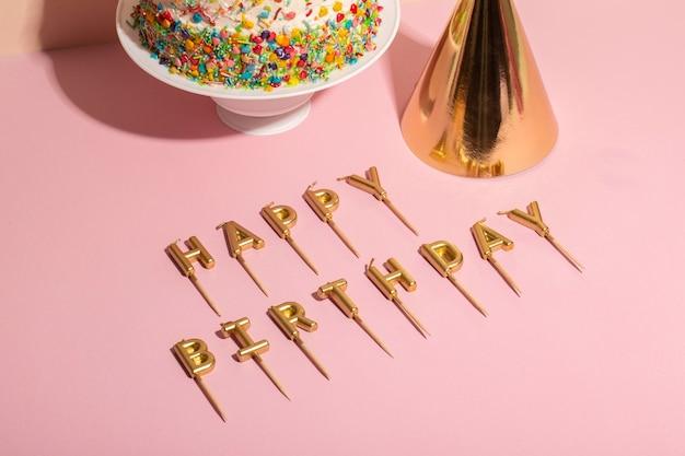 Delicioso pastel de cumpleaños y velas de alto ángulo