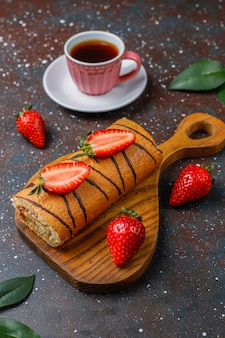 Delicioso pastel de fresa con fresas frescas, vista superior