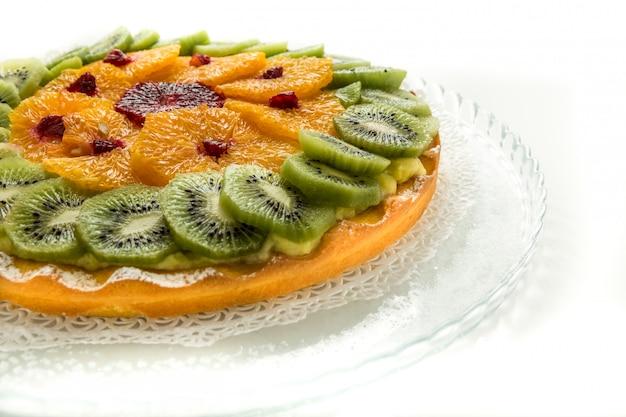 Delicioso pastel de frutas con hojaldre, crema pastelera, kiwi y naranja