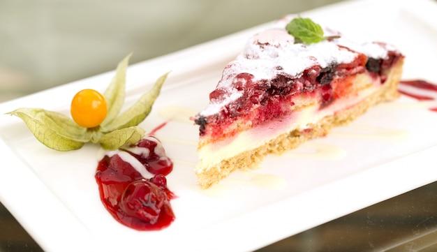 Delicioso pastel de frutas en un plato