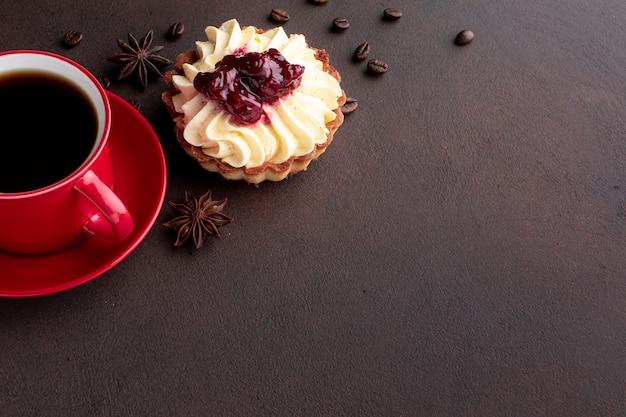 Delicioso pastel con granos de café copia espacio