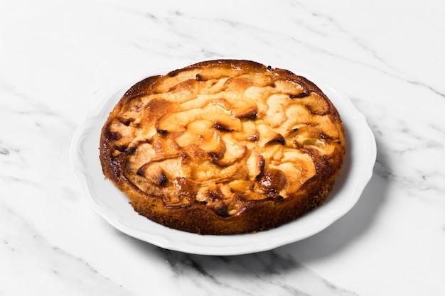 Delicioso pastel en mesa de mármol