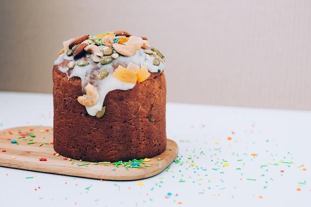 Delicioso pastel de pascua casero recién horneado